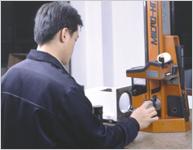精密零件在花岗岩平台上,用二次 元量床检测。